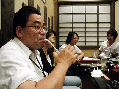 アイスコーヒーを飲む加藤先生