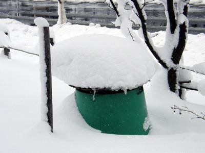 コンポストの上の雪